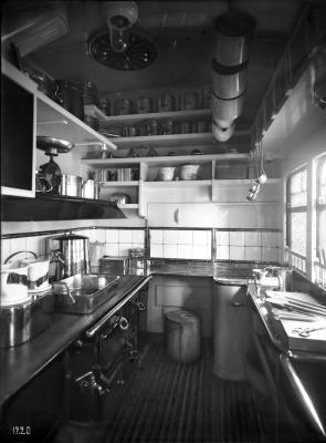Speisewagen WR, Nr. 0816, Innenansicht, Küche mit Herdanlagen, K.P.E.V. [Königlich-Preußische-Eisenbahn-Verwaltung], 1914